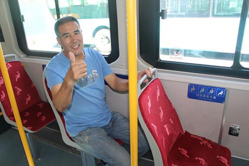 """温馨巴士为公交座椅套上醒目座套  让特需乘客座椅更加""""醒目"""""""