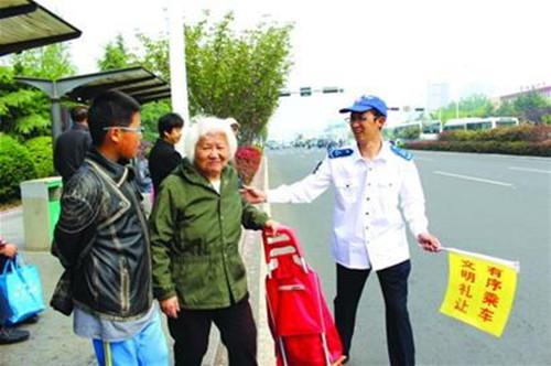 岛城一80后公交司机发明行车礼让手语  竟成全省学习典范