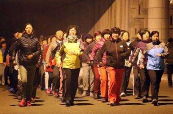 探访青岛暴走团:天气好时暴走团的总人数能到近千人