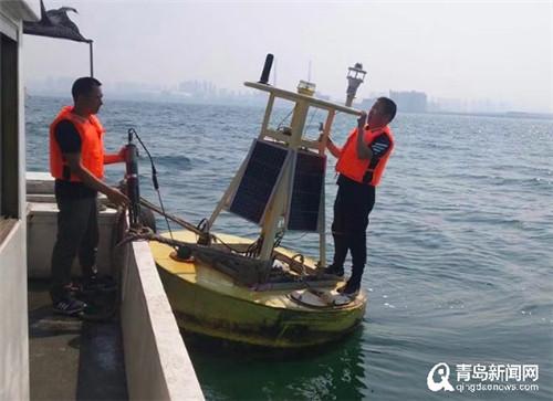 青岛生态环境局为胶州湾海洋浮漂站体检