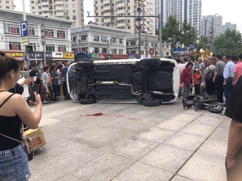 可气!为逃12元停车费加速驶离地下停车场引发车祸 致一对母女受伤