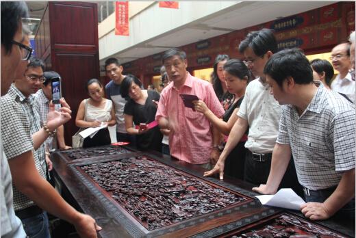 众多经销商前来参展(青岛)国际茶博会暨红木家俱、珠宝玉器展