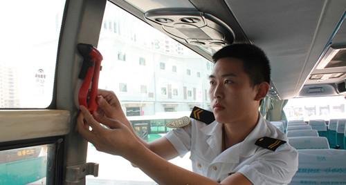 青岛汽车总站工作人员普及车祸自救知识