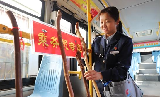 """青岛公交乘务员推出""""共享登山杖"""" 方便市民登山"""