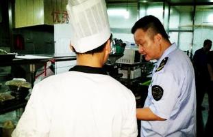 青岛崂山区食药局针对食品安全问题对旅游沿线各单位展开专项整治行动
