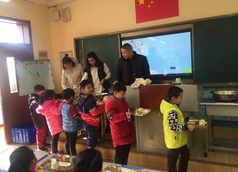 """青岛大路小学组织""""食堂开放""""活动——师生开心美味吃开颜,家长满意每位笑开颜"""