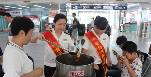 青岛市内各大汽车站启动高温天气应急预案  空调温度不达标的车辆可进行举报