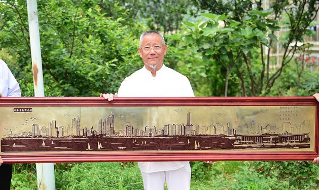 耗时两个多月 岛城市民创作上合青岛峰会巨幅铜版画