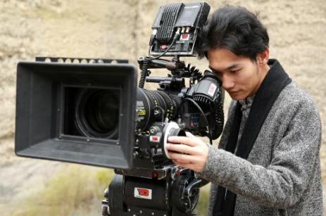 导演田七相隔12年重返青岛 即兴创作歌曲《爱在青岛》