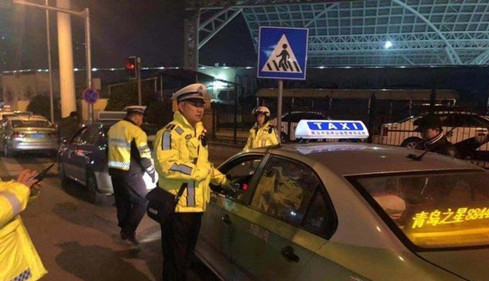 非要乘客把返程的隧道钱也掏了 俩的哥被罚500