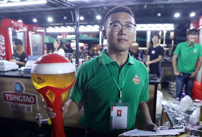 啤酒节特写 这个大学生暑假来青岛国际啤酒节打工