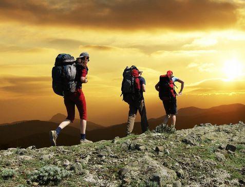 老年人应该选择在太阳出来之后再爬山 护膝、登山杖是必备