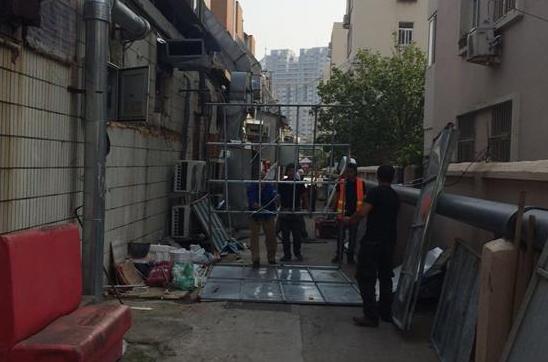 青岛香港中路街道联合多部门拆除云霄路违章建筑并清理煤气罐