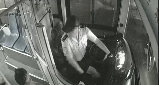 8岁女孩独自坐公交睡过站 公交司机的行为让人感动