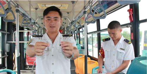 青岛温馨巴士608路公交车增设便民挂钩试点  保障乘客乘车安全