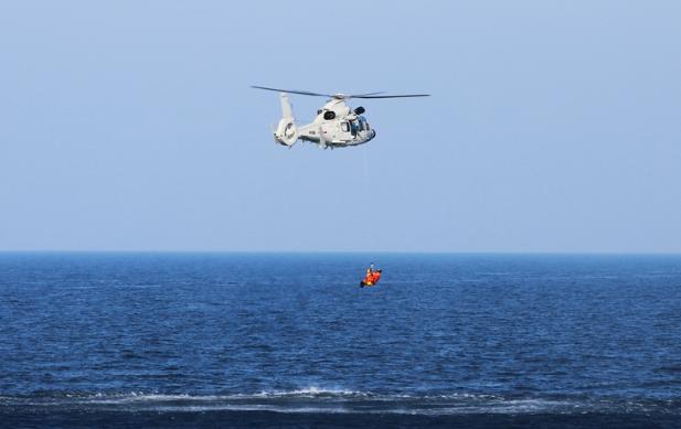 海军第三十批护航编队组织海空立体搜救演练 提高实战水平