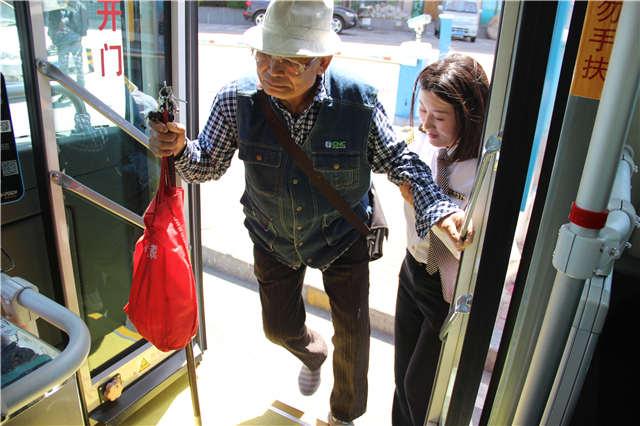 为老人多停20秒 青岛31路线暖心新服务