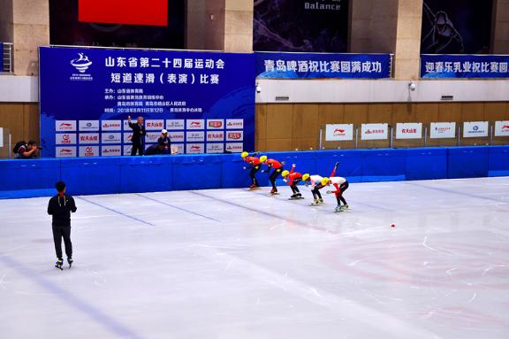 """""""情牵候鸟圆梦青岛""""公益活动在青举行 留守儿童观摩省运会短道速滑比赛"""