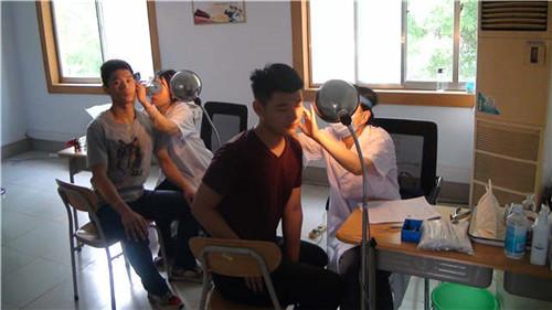 青岛市征兵办:青岛市首批大学生提前征集开始体检