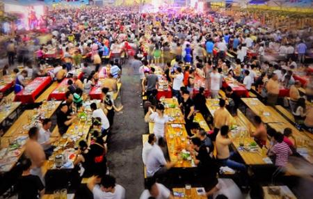 青岛在金沙滩啤酒城周围设置26个停车场 15000个车位