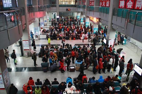 小长假首日青岛长途汽运发送旅客3万 同比减少2000人