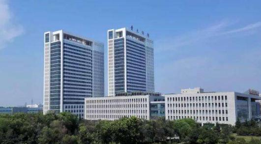青岛军民融合医院一期主体工程顺利封顶 预计2019年12月份正式试运营