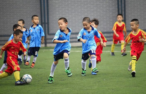 儿童足球训练之多人面对面跑动传球训练