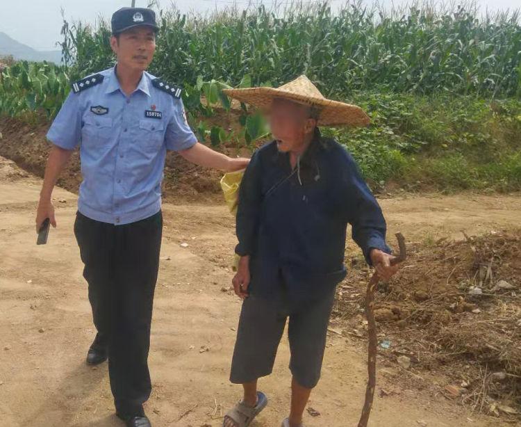 青岛八旬老汉迷路徒步走了40余里 民警发现及时救助
