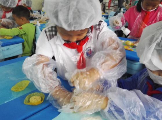 青岛天山小学二年级学生亲手做月饼 提前分享节日的快乐