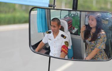 """公交行业的""""牛郎织女""""  在公交车上度过别样的七夕"""
