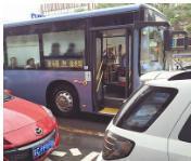 私家车频占公交车站 专家:仅靠查处远远不够