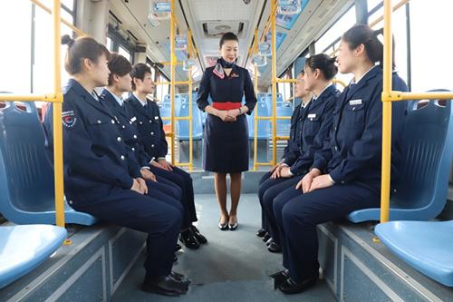 青岛公交乘务员拜师空姐 学礼仪练微笑争当公交女神