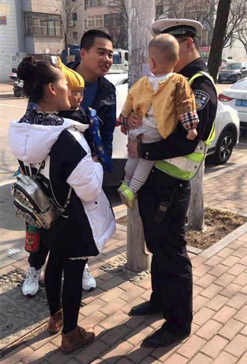 两岁娃走丢独自过马路 被交警及时发现