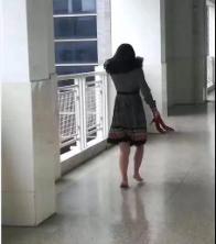 怕打扰孩子们上课,这位妈妈脱下高跟鞋赤脚上楼