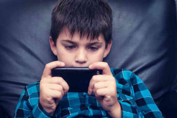 玩手机就懒得动!专家警告青少年运动量不足比想像严重