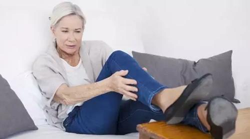 对于高龄老人应该怎样进行运动?  试试这八种床上健身法