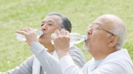 老年人饮水应缓慢,不宜过急,否则心脏会罢工