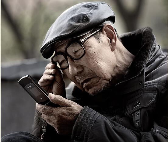原来老人玩手机还能预防老年痴呆