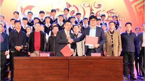 青岛市潍坊商会与青岛歌舞院在青岛求实学院大礼堂正式签署战略合作协议