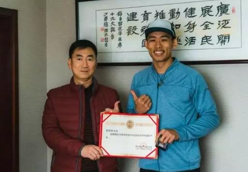 著名车手张京坤先生正式签约成为青岛市自行车运动协会的协会形象代言人